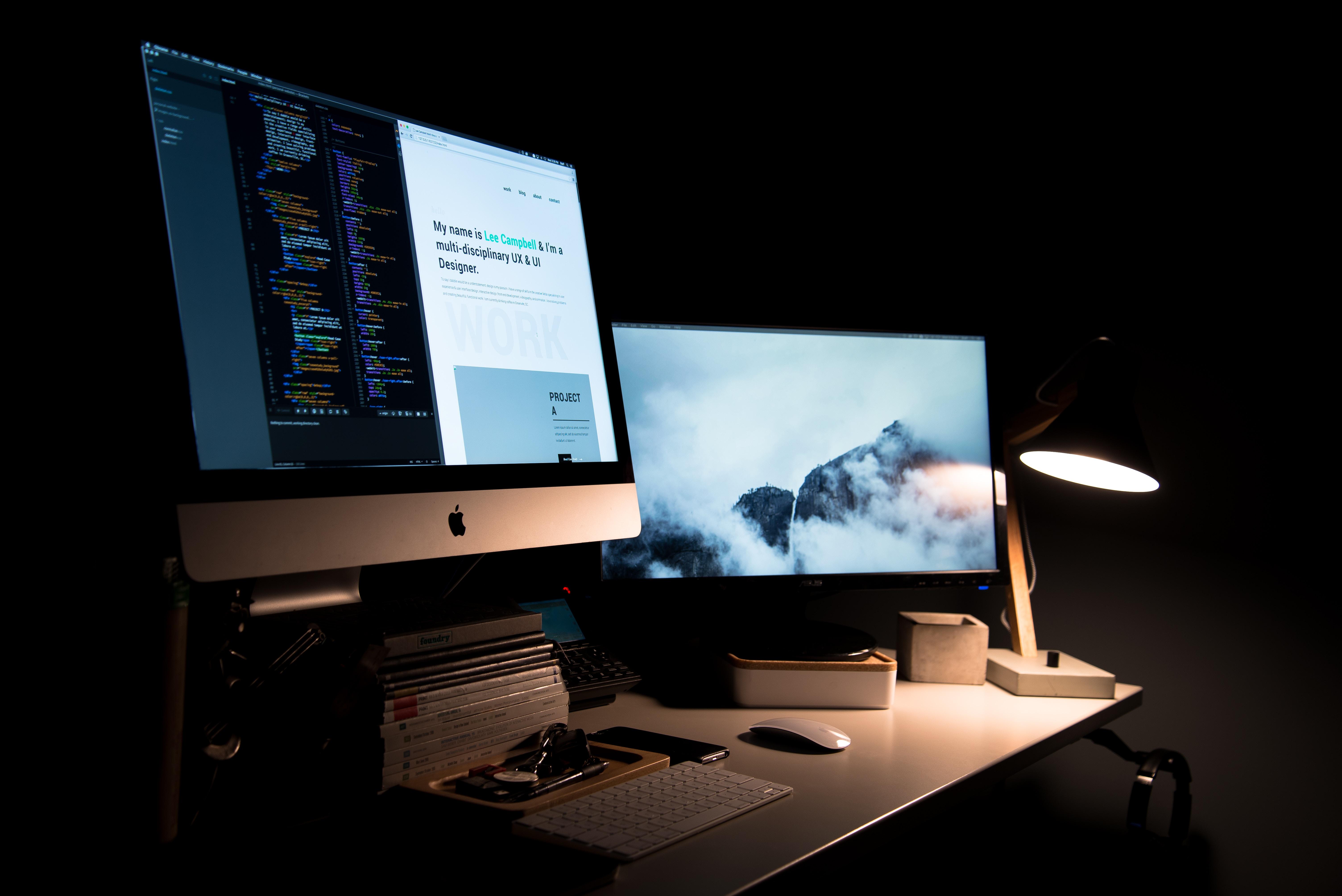 apple računalo za radnim stolom, ured u mraku po noći